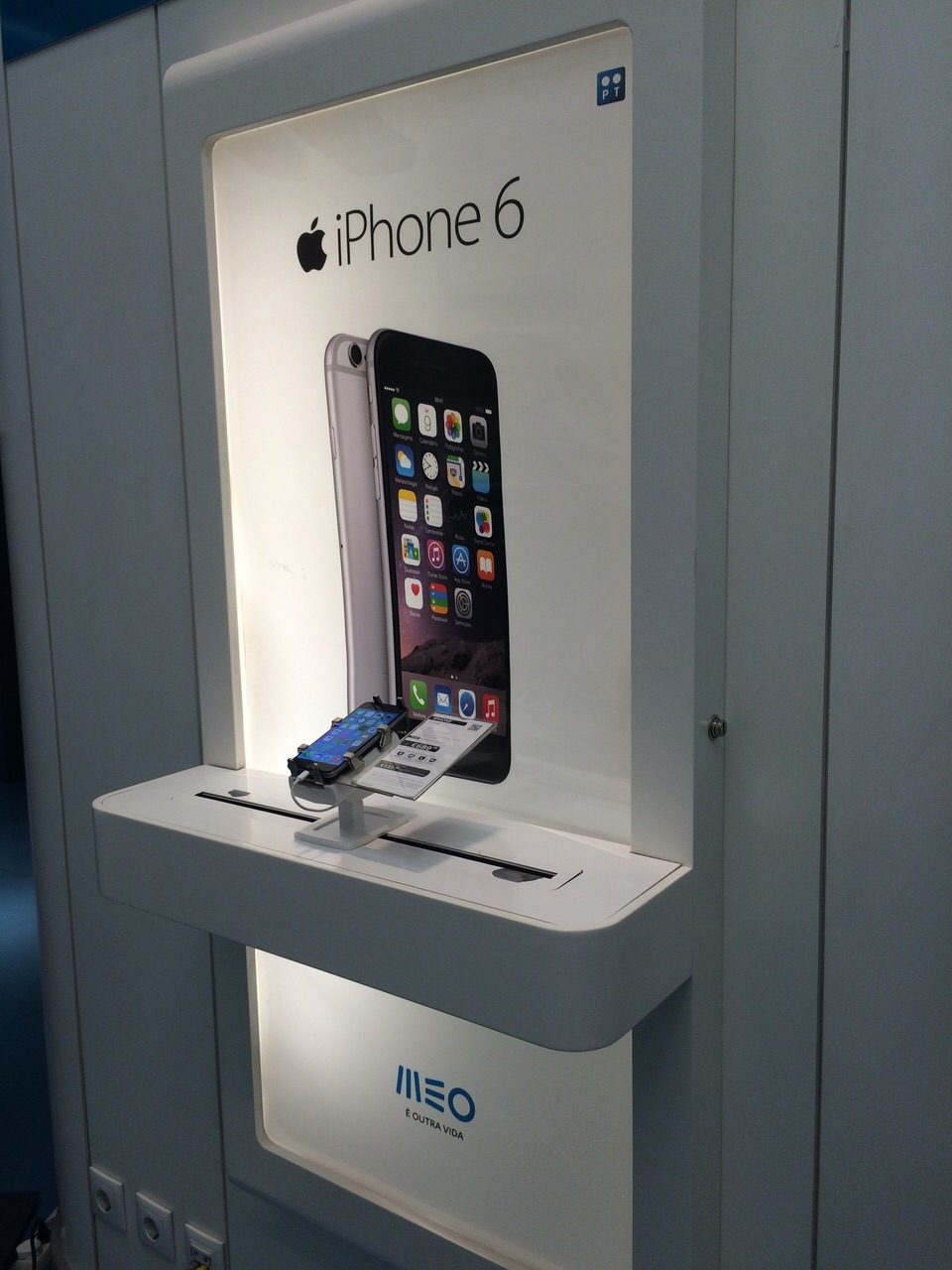 gripzo-iphone-6-secured-by.com-wall-display.jpg